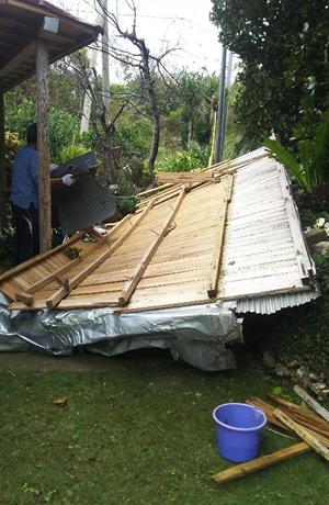 ご近所の庭へ飛んだ屋根を回収